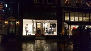 De kledingwinkel waar de overval plaatsvond