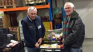 Ingezamelde producten druppelen binnen bij het distributiecentrum van de Voedselbank in Deventer