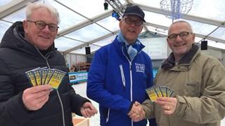 Vrijwilligers Voedselbank Raalte nemen donatie Raalte on Ice in ontvangst