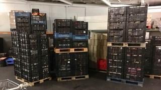 Het magazijn van de Voedselbank Enschede stroomt vol met kratten
