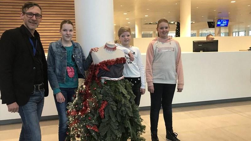Leerlingen AOC Oost maken kerstboom van afval