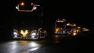 De stoet met 35 verlichte trucks