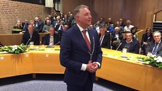 Hans Vroomen in de raadzaal in Ommen