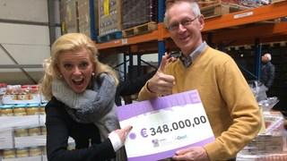 Esther Rikken en Ruud Gardenbroek met de cheque