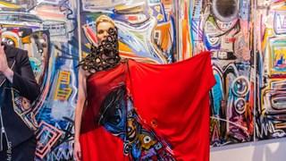 haute couture jurk van Monique Collignon voor schilderij van Riezebos
