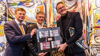 Peter Jan Balkenende ontvang de Riezebos postzegels