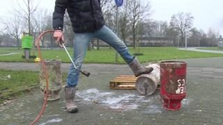 Carbidschieten met de traditionele melkbusdeksels leidt tot onnodig gevaarlijke situaties