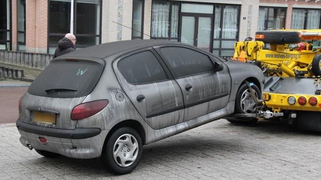 Flinke klus: bergingsbedrijf sleept dertig beschadigde auto's uit Nijverdalse parkeergarage