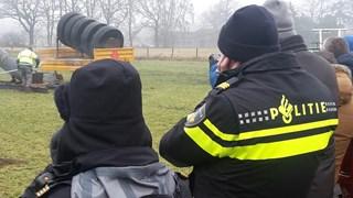Agenten nemen een kijkje tijdens het oorverdovende carbid-spektakel in Glanerbrug
