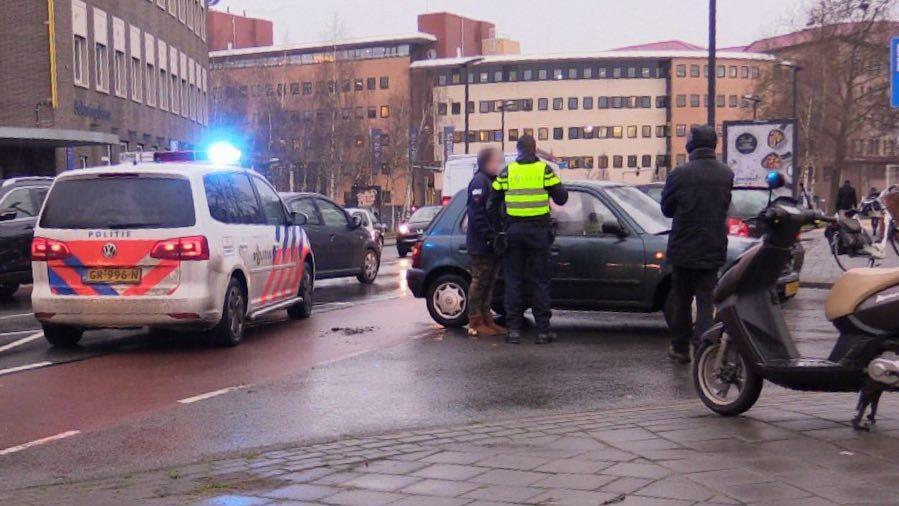 Scooterrijder gewond bij botsing met auto in Enschede.