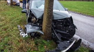 De auto vloog uit de bocht in Lemelerveld