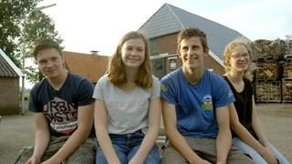 Marc, met lichtblauw shirt, met zijn vrienden uit Espelo