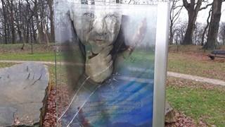 Het vernielde glazen kunstwerk op de Kuiperberg