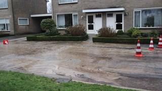 Straat in Wierden onder water door lekke waterleiding