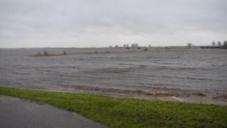 Parallelweg tussen Hasselt en Zwartsluis afgesloten vanwege het hoge water