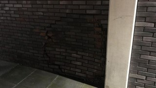 Vrouw rijdt gat in muur in Almelo