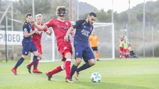 Assaidi in duel tijdens het duel tegen Stuttgart
