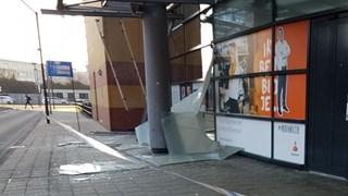 Vrachtwagen rijdt glazen overkapping kapot in Hengelo