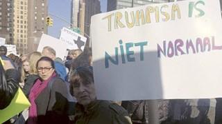 Johanna Reiss in actie tijdens een anti-Trump demonstratie