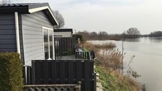 Hoog water in de IJssel bij camping