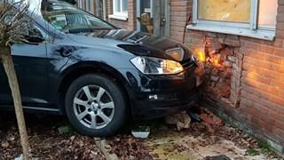Auto tegen gevel in Enschede