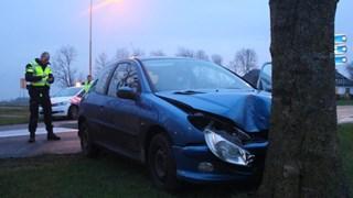 Auto rijdt tegen boom in Blokzijl, bestuurder naar het ziekenhuis