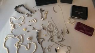 Slachtoffer heeft sieraden terug na babbeltruc in seniorencomplex IJsselmuiden