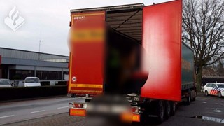 De politie trof twee vluchtelingen in de vrachtwagen aan