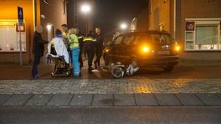 De gewonde scooterrijder werd ter plekke nagekeken