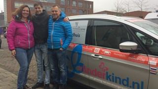 De auto waarin Linda en Pim de rally gaan rijden