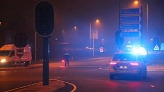 De politie houdt verkeer bij een oprit in Deventer tegen