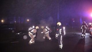 Brandweerlieden blussen de brand