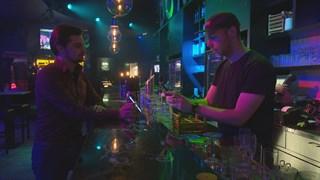 Gangmaker Carlos krijgt gratis drank voor zijn vrienden als hij op tijd komt