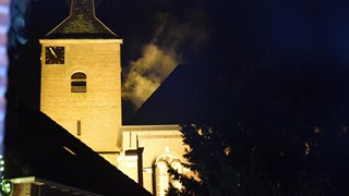 Rook bij kerk in Gramsbergen