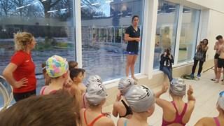 Zwemster Kromowidjojo gaf in het sportcentrum een zwemclinic aan kinderen