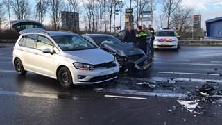 Twee auto's botsen op elkaar op A1 afslag Hengelo