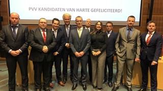 Edwin Oldersma, die van de kieslijst is verwijderd, staat naast Geert Wilders en achter lijsttrekker Sebastiaan Stöteler (met gele stropdas).