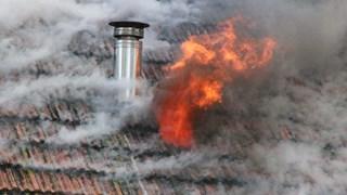 Vlammen slaan uit het dak