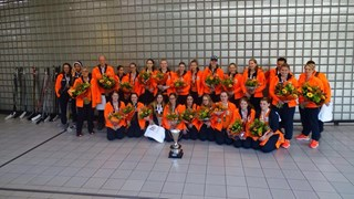 Het ijshockeyteam werd vanmiddag feestelijk onthaald op Schiphol