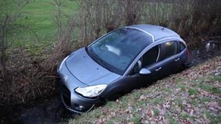Auto in de sloot in Vriezenveen