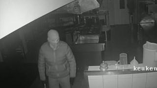 De inbreker met bivakmuts bij café-restaurant Harwig in Den Ham