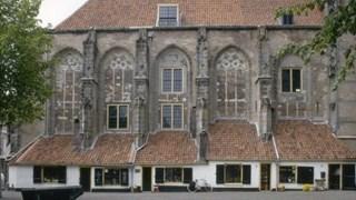 Lebuinuskerk met stoofzettershuisjes