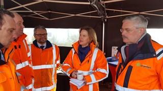 Minister Van Nieuwenhuizen slaat eerste paal van Reevesluis