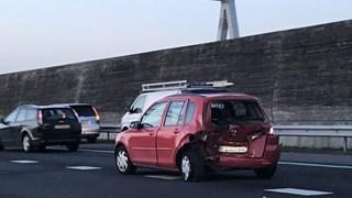 Auto met schade op rijstrook