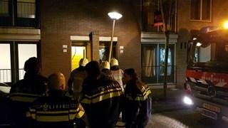 Brandweer staat voor een gesloten deur
