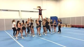 Cheerleaders trainen in Rijssen voor de Olympische Winterspelen