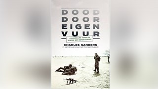 Het boek 'Dood door eigen vuur' met de veelbesproken foto op de cover
