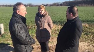 Dorpsraadvoorzitter Fij, actievoersterTiethoff en D66'er Ringenoldus