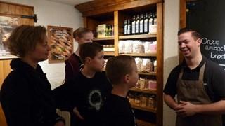 Familie Ensink tijdens de rondleiding in de Bisschopsmolen