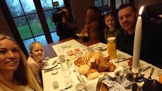 Familie Baltus geniet van het ontbijtje van de plaatselijke bakker